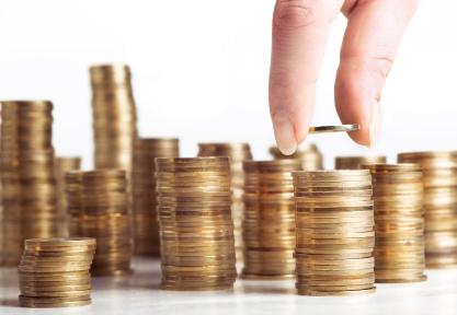 תוכנית חיסכון ריבית - בחורה מוסיפה מטבע לערימת מטבעות