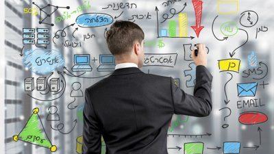 איש השקעות כותב טיפים לתיק השקעות מנצח על לוח מחיק