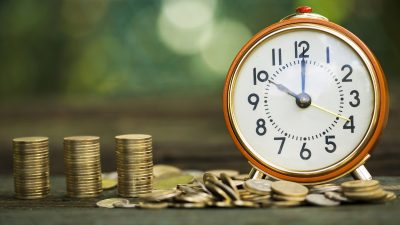 שעון מעורר ומטבעות שמראים שכדאי לעשות עכשיו סדר בביטוחים