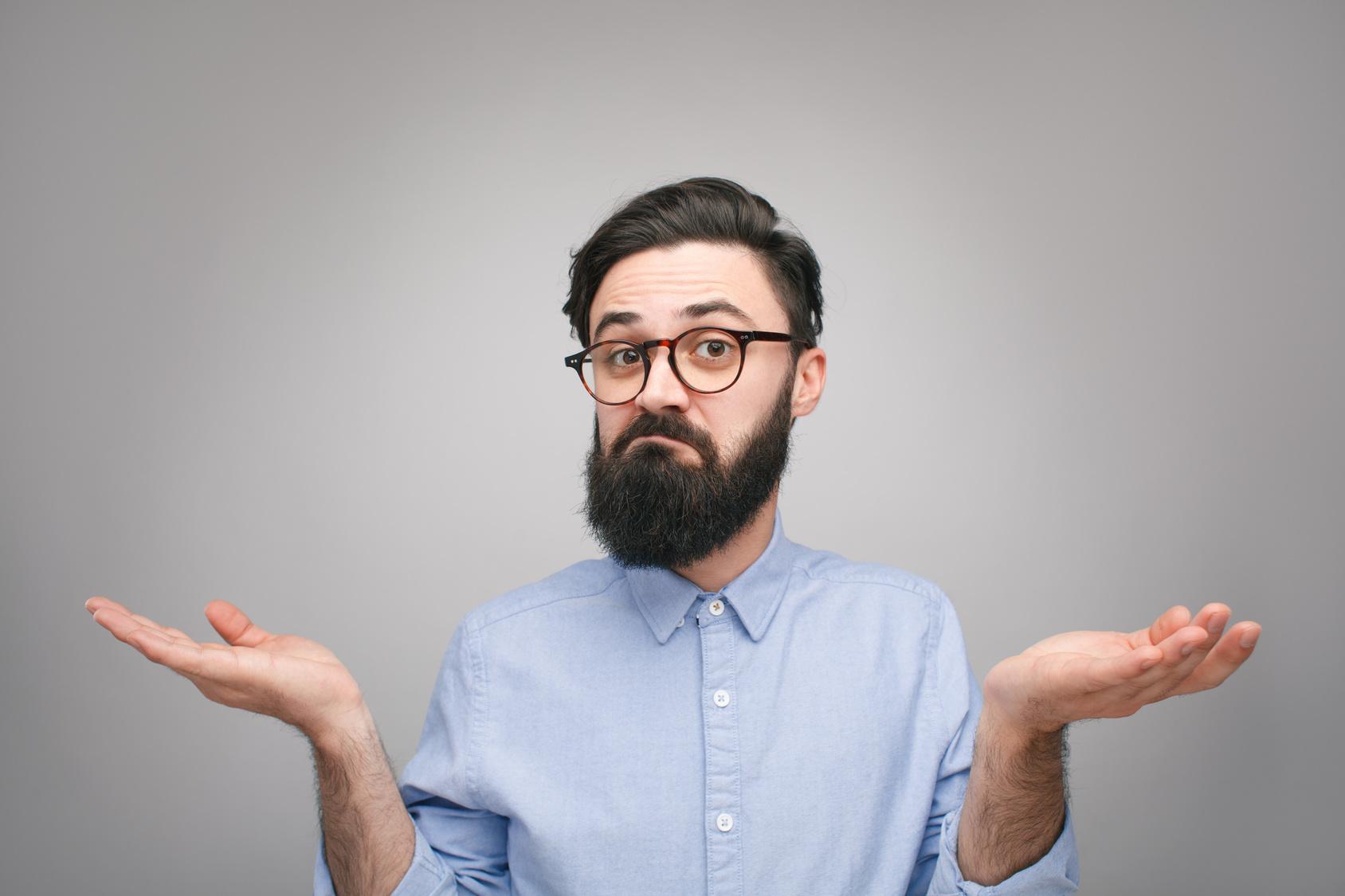 איש מבולבל עם זקן מחזיק את ידיו באוויר כאילו לא יודע מה ואיך חוסכים בעלויות הביטוח